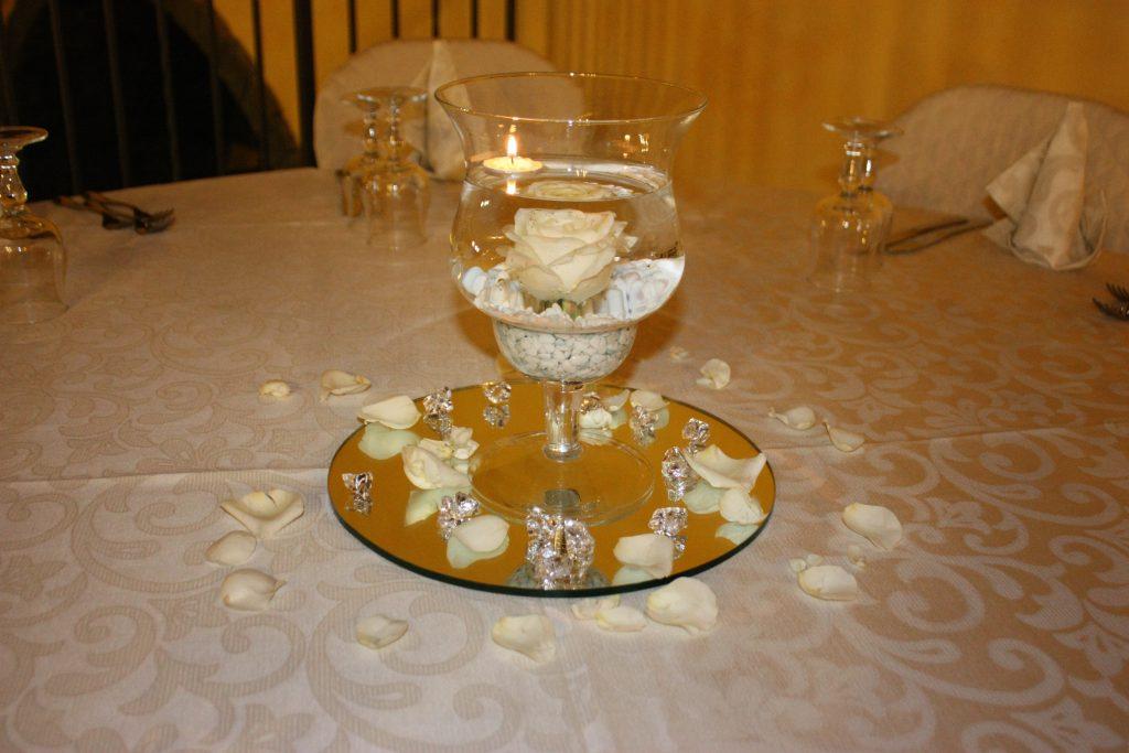 Villa Giuffrida Centro tavola con rosa bianca e candela gallegiante