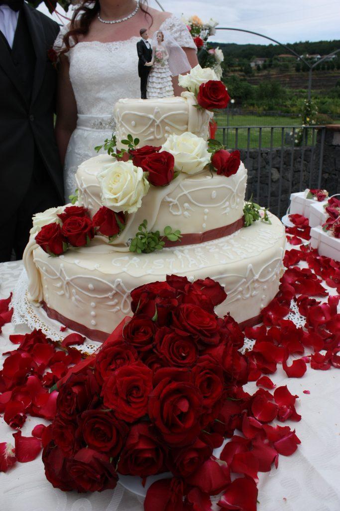 Lacatio matrimoni Catania Villa Giuffrida : Torta nuziale all'americana con rose vere